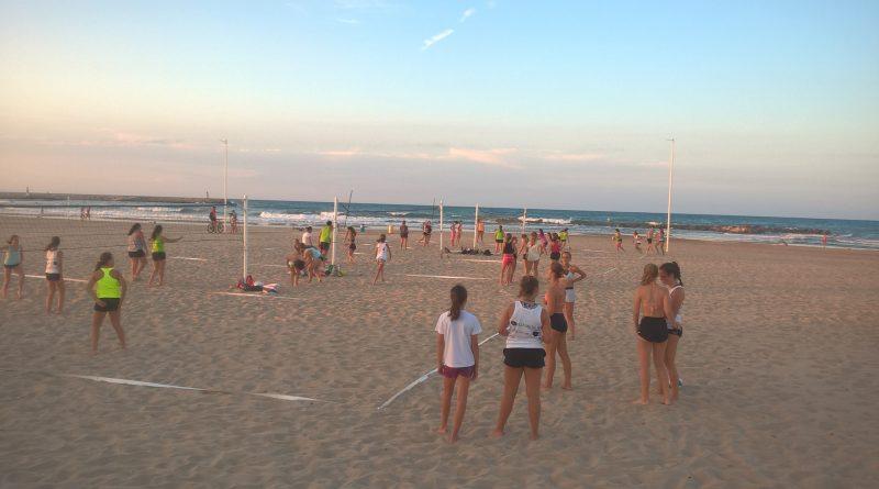 La Escuela de voley playa continúa en agosto y oferta nuevas plazas.