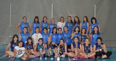 Recollida de trofeus i medalles dels equips benjamins i alevins