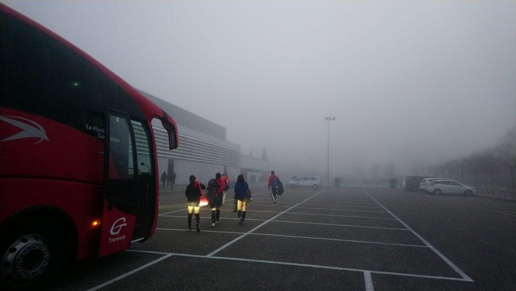 Llegando en autobún con una espesa niebla